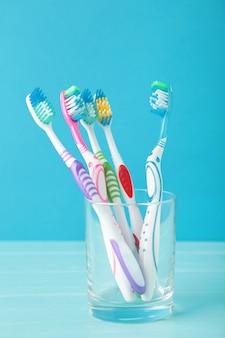 Szczoteczki do zębów w szkle na białym tle