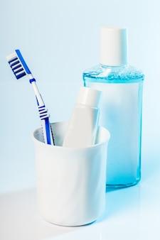 Szczoteczki do zębów w szkle na stole