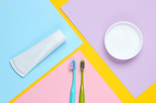 Szczoteczki do zębów z tubką pasty do zębów i proszkiem do zębów