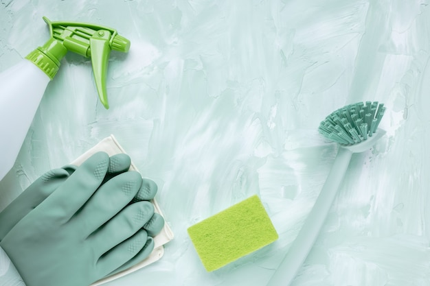 Szczotka do mycia naczyń, rękawiczki, gąbka i butelka z rozpylaczem