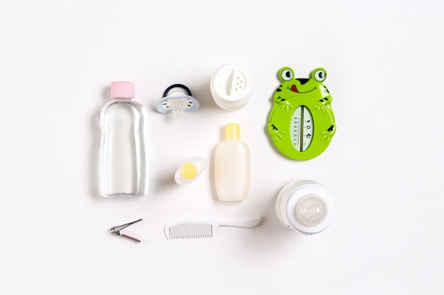 Szczotka do włosów i kosmetyki dla noworodków na białym tle widok z góry