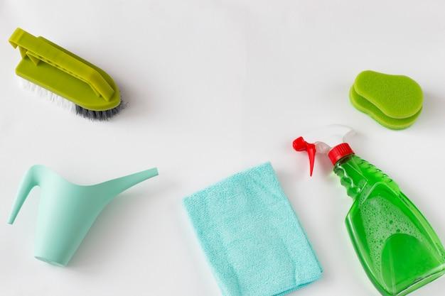 Szczotka, gąbka, konewka, szmata i środek czyszczący