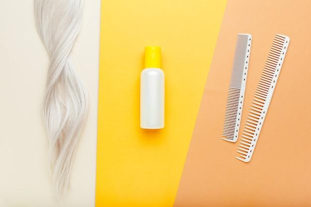 Szczotka grzebieniowa szampon blokuje loki blond włosów narzędzia fryzjerskie, wyposażenie salonu fryzjerskiego do profesjonalnego fryzjerstwa w gabinecie kosmetycznym, kosmetyki do włosów, usługi fryzjerskie fryzjerskie. widok z góry.