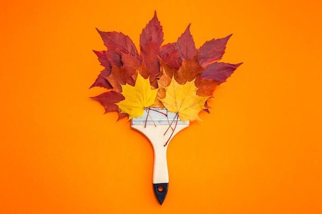 Szczotka z jesiennymi liśćmi