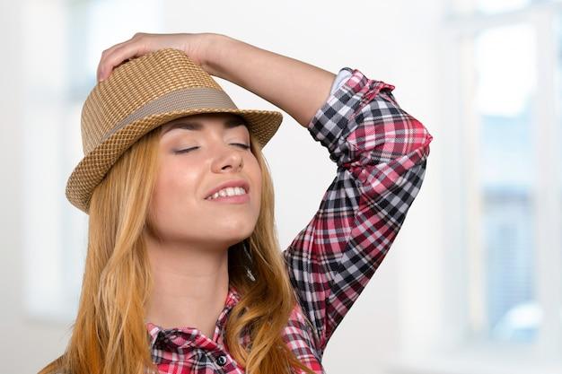 Szczupła ładna młoda kobieta w słomkowym kapeluszu