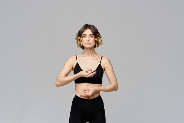 Szczupła młoda kobieta ćwiczy jogę i ćwiczenia w domu