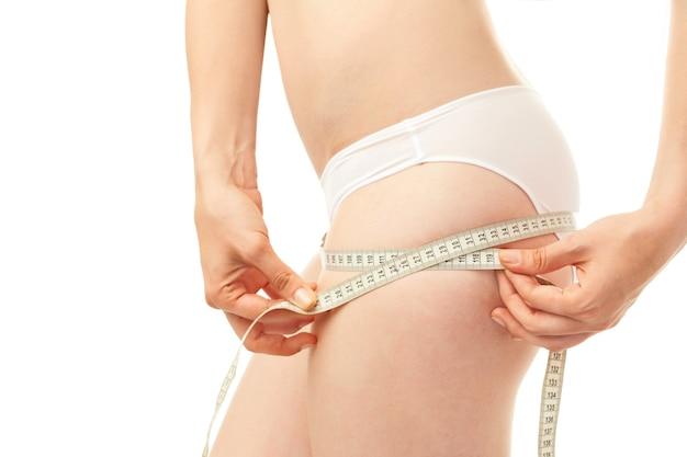 Szczupłe idealne ciało kobiety na białym tle