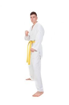 Szczupły facet uprawiający sztukę walki