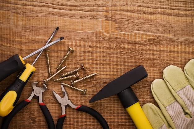 Szczypce hamer śrubokręt i rękawiczki