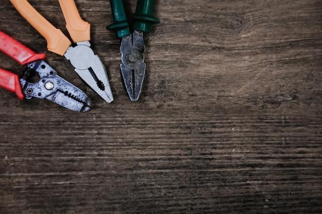 Szczypce stare narzędzie rzemieślnika na drewnianym stole, styl vintage