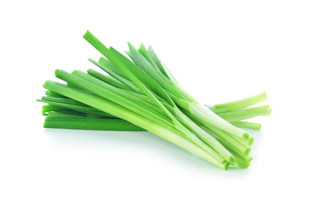 Szczypiorek zielonej cebuli z bliska na białym tle