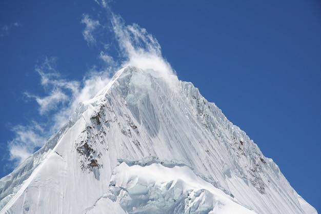 Szczyt alpamayo w górach cordilleras