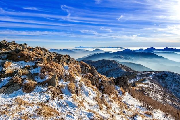 Szczyt gór deogyusan w zimie, korea południowa. zimowy krajobraz