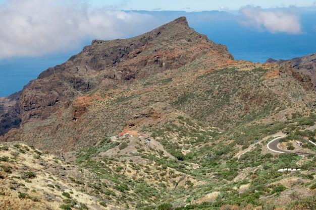 Szczyt górski z pochmurnego nieba