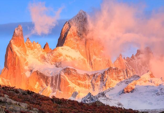 Szczyt góry fitzroy o świcie w los glaciares national park, argentyna patagonii, ameryka południowa