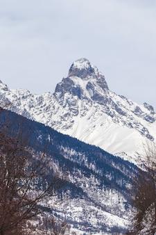 Szczyt góry uszba w górach kaukazu, region swanetia w gruzji.