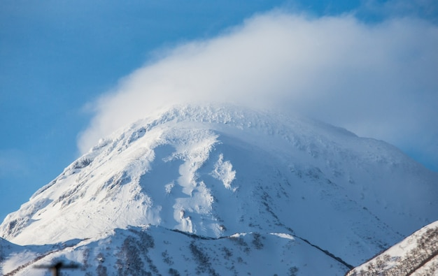 Szczyt góry w śniegu. japonia. hakkaydo. półwysep shiretoko. park narodowy shiretoko.