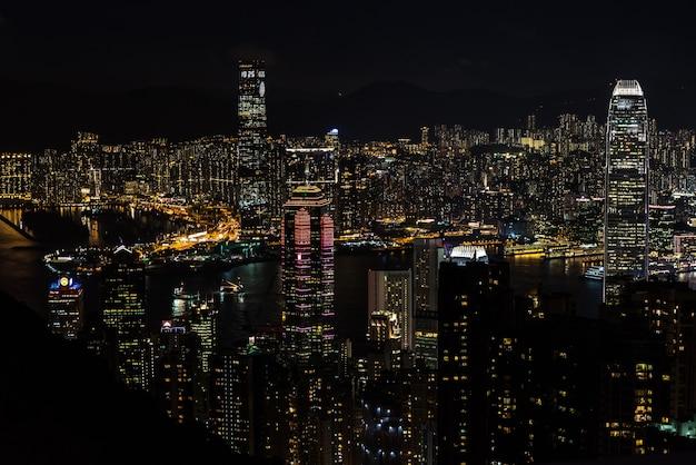 Szczyt hong kong, sierpień, - 25, 2017: piękna nighttime panoramy drapacze chmur wiktoria pe
