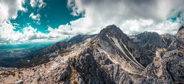 Szczyt masywu górskiego przeciw błękitne niebo pochmurne. krajobraz przyrody. tło podróży. wczasy, turystyka, sport, rekreacja. park narodowy wysokie tatry, słowacja, europa. filtr tonujący w stylu retro
