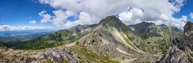 Szczyt masywu górskiego przeciw błękitne niebo pochmurne. krajobraz przyrody. tło podróży. wczasy, turystyka, sport, rekreacja. park narodowy wysokie tatry, słowacja, europa