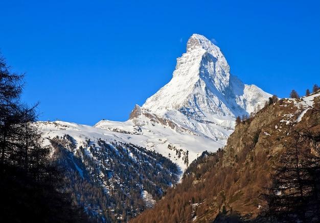 Szczyt matterhorn nad błękitne niebo, alpy w szwajcarii