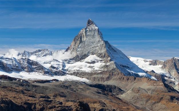 Szczyt matterhorn w zermatt, szwajcaria w sezonie jesiennym