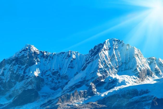 Szczyt wysokich gór, pokryty śniegiem. indie.