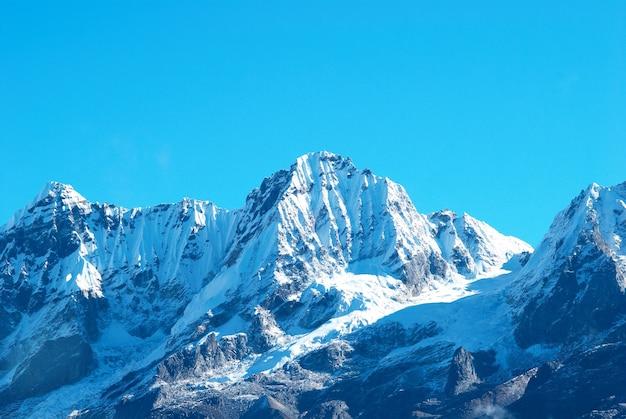 Szczyt wysokich gór, pokryty śniegiem. kangchenjunga, indie.