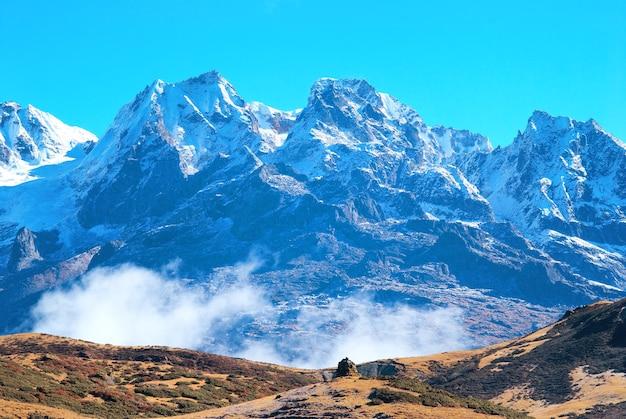 Szczyt wysokich gór pokrytych śniegiem. kanczendzonga, indie.