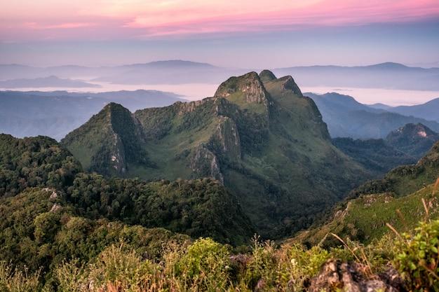 Szczytowy pasmo górskie przy zmierzchem w przyrody sanktuarium
