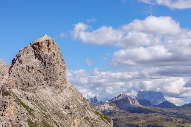 Szczyty górskie włoskich alp i piękne chmury na niebieskim niebie