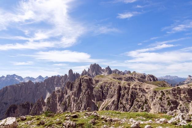 Szczyty górskie włoskich dolomitów i piękne błękitne niebo. południowy tyrol, włochy