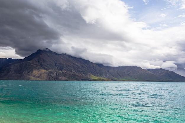 Szczyty górskie wzdłuż brzegów turkusowego jeziora lake wakatipu queenstown area nowa zelandia