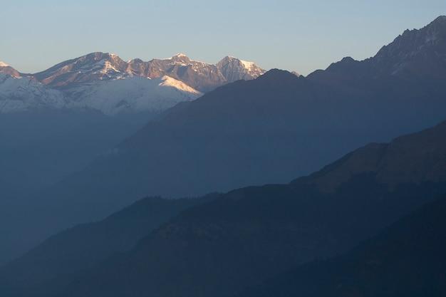 Szczyty górskie ze śniegiem w słońcu