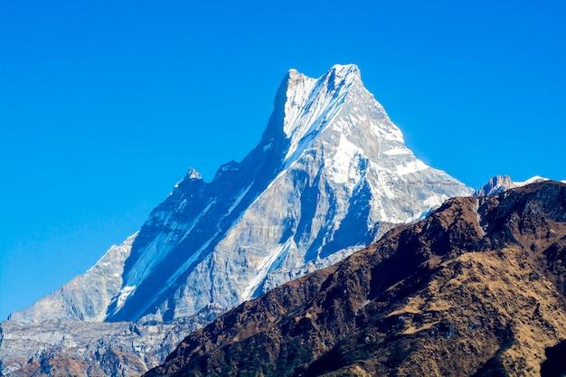 Szczyty górskie ze śniegiem
