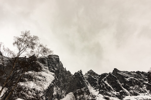 Szczyty troll wall, trollveggen w norwegii, zima i śnieg