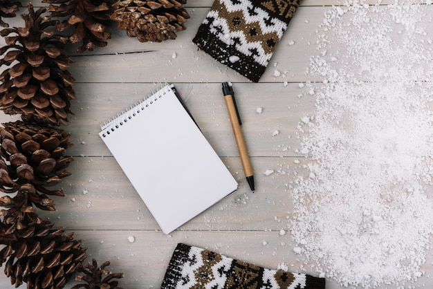 Szczyty, ubrania, notatnik i śnieg
