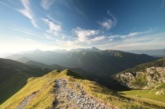 Szczyty w tatrach podczas wschodu słońca, polska