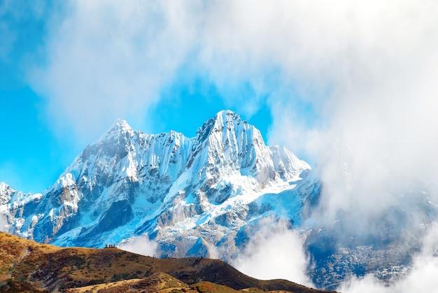 Szczyty wysokich gór, pokryte śniegiem. kanczendzonga, indie.
