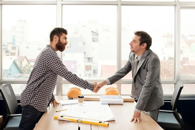 Szef biura spotkania architekt sieci