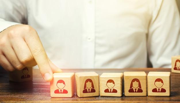 Szef firmy wyznacza lidera zespołu. awans w pracy, awans zawodowy