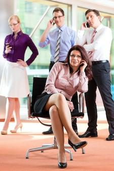 Szef i pracownicy w biurze