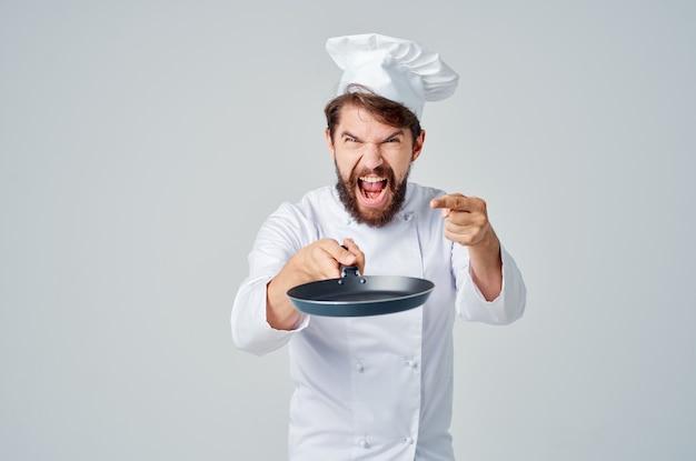 Szef kuchni brodaty mężczyzna z patelnią w ręku przemysł kulinarny