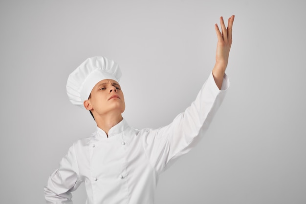 Szef kuchni gestykuluje rękami profesjonalne gotowanie
