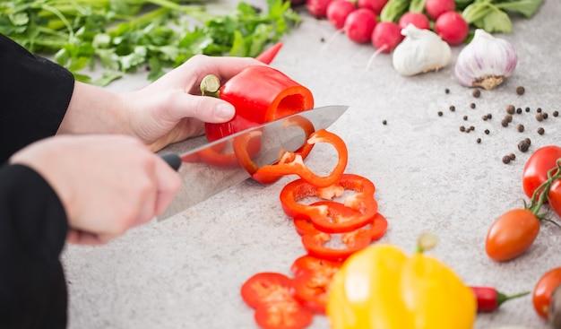 Szef kuchni gotowania żywności kuchnia restauracja cięcia przygotować kucharza