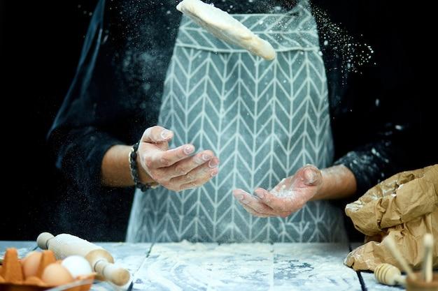 Szef kuchni gotuje ciasto