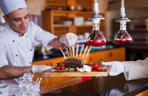 Szef kuchni gotuje owoce morza w restauracji.