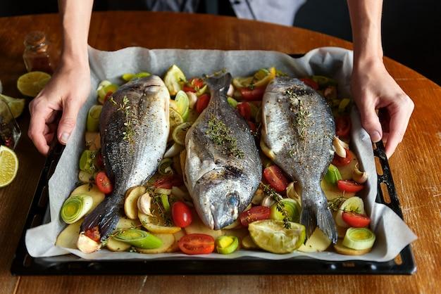Szef kuchni gotuje ryby