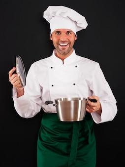 Szef kuchni gotuje z garnkiem