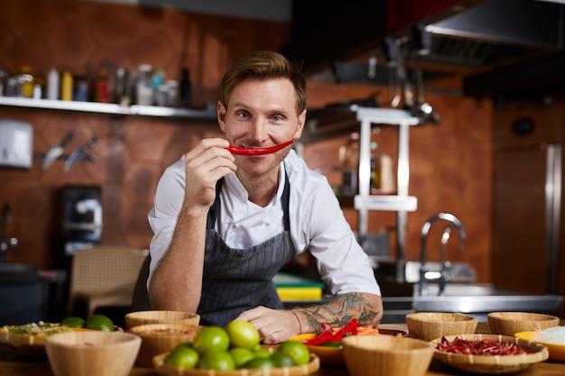 Szef kuchni hoilding red pepper